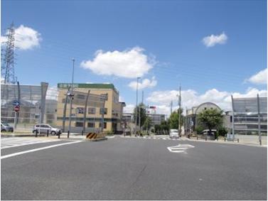 国道302号線「島田住宅東」交差点から北西へすすんで下さい。