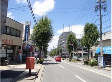 「松和花檀」交差点を直進してください。